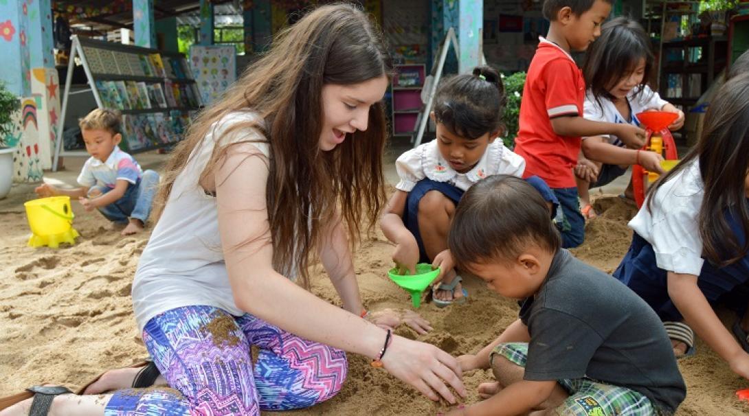 Une bénévole jouant avec un enfant au Cambodge